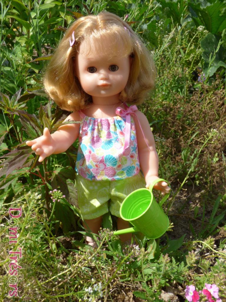 photo d'Emilie portant la tenue Modes et travaux de juillet 2017, arrosant le jardin